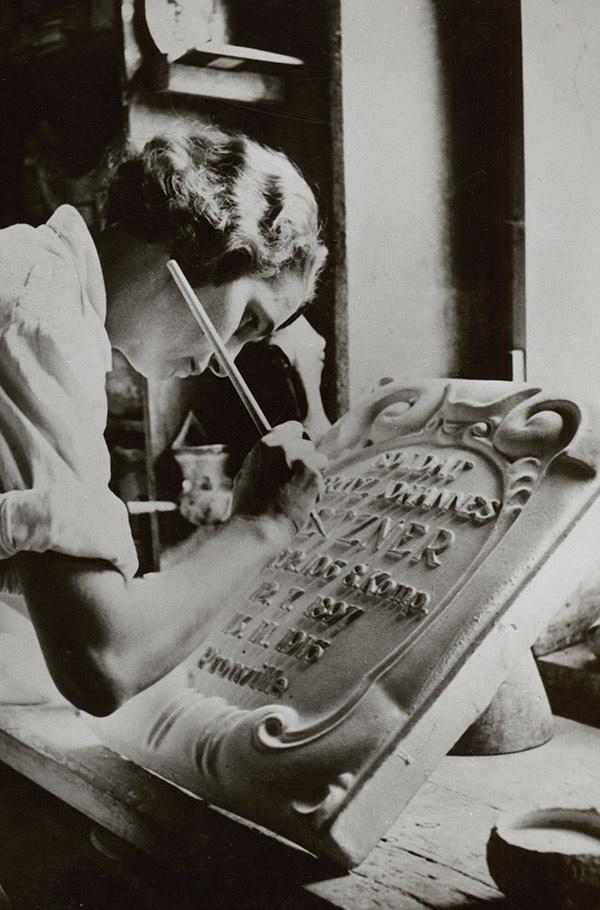Ilse Eidner beim Glasieren einer Ehrentafel, um 1921
