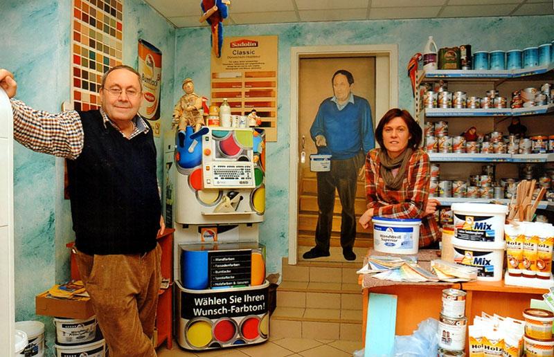 Georg Dornig mit Tochter Anke in der Farbabteilung, Foto 2012 (Georg Dornig)