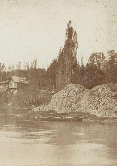 Blick auf den Knöchel, Postkarte um 1880 (Kreismuseum). Am Knöchel (eigentl. Lochstein) waren Eisenringe befestigt an denen in früherer Zeit die Flöße festgemacht wurden; später nutzte man ihn zur Verankerung der Tonnenbrücke. Für den Bau der Hängebrücke musste der obere Teil gesprengt werden.