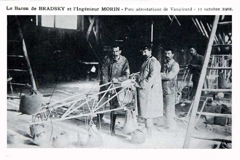 Baron Otokar von Bradsky-Laboun und Paul Morin mit letzten Vorbereitungen an der Gondel, Postkarte 1902