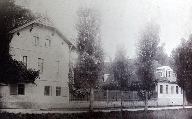 Rechts im Bild, mit der Stirnseite zur Straße, das ehemalige Dienstgebäude der Amtshauptmannschaft bzw. der frühere Websaal, Foto um 1890 (Kreismuseum Grimma)