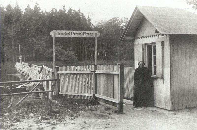 Tonnenbrücke mit Brückengeldeinnehmerhäuschen, 1921 (Kreismuseum) Bis zu ihren Tod 1921 nahm das alte Mütterchen aus dem Märchen, Frau Pestel, 25 Jahre lang das Brückengeld von 5 Pfennigen ein. Die Gebühr erhöhte sich erst mit der beginnenden Inflation auf zuletzt 20 Pfennig.
