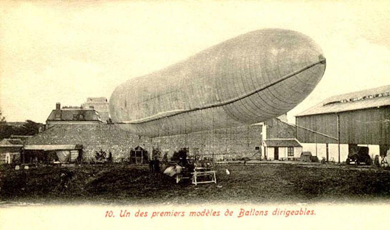 Das Luftschiff auf dem Werksgelände von Henri Lachambre in Vaugirard, Postkarte 1902