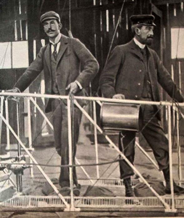 Bradsky (l.) und Morin (r.) auf der Gondel stehend in der Luftschiffhalle, Postkarte 1902 (Detail)