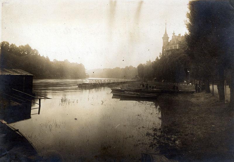 Einholen der Tonnenbrücke beim Hochwasser vom 18. August 1913, Postkarte (Kreismuseum). Bei jedem Hochwasser und im Winter wurde die Brücke ans linke Ufer gezogen.