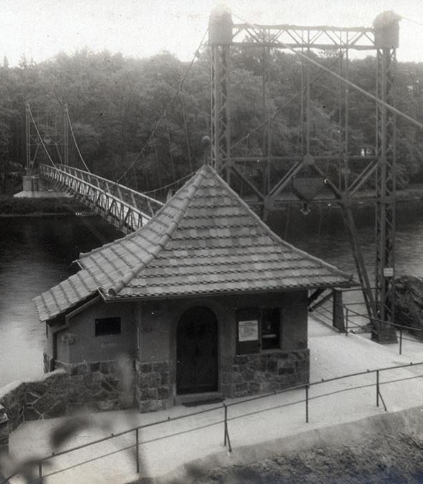 Hängebrücke, Foto 1925 (Kreismuseum). Der Übergang kostete wie bei der Tonnenbrücke 5 Pfennige, Kinder zahlten 2 Pfennige. Schulklassen und Kriegsbeschädigte durften unentgeltlich passieren.