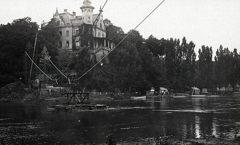Hängebrücke, Foto 1924 (Kreismuseum). Bau der Hängebrücke im Sommer 1924. Rechts im Bild sind das alte Einnehmerhäuschen und Reste der Tonnenbrücke zu erkennen.