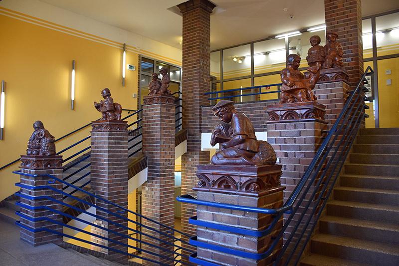 Plastiken im Treppenhaus des Agricola-Gymnasiums Chemnitz