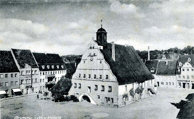 Auf dem Marktplatz ist der Grundriss des abgebauten Eva-Brunnens zu erkennen, Postkarte um 1940 von Photo Pippig (Kreismuseum Grimma)