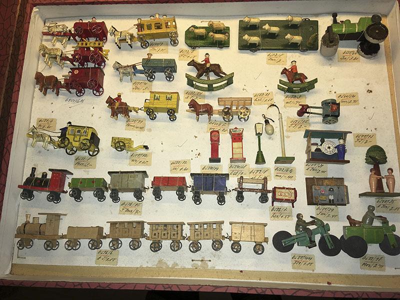 Musterkarton mit Spielwaren (Spielzeugmuseum Seiffen)