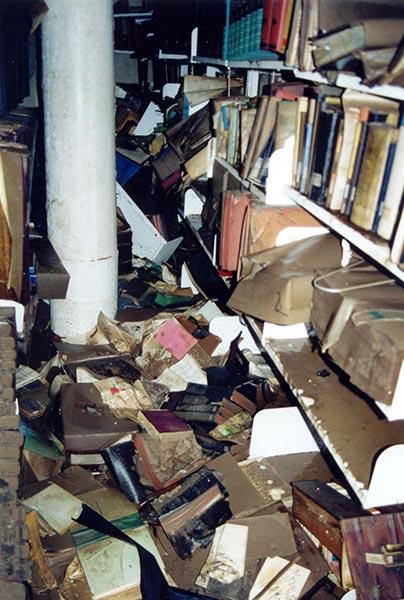 Bibliothek nach dem Hochwasser 2002