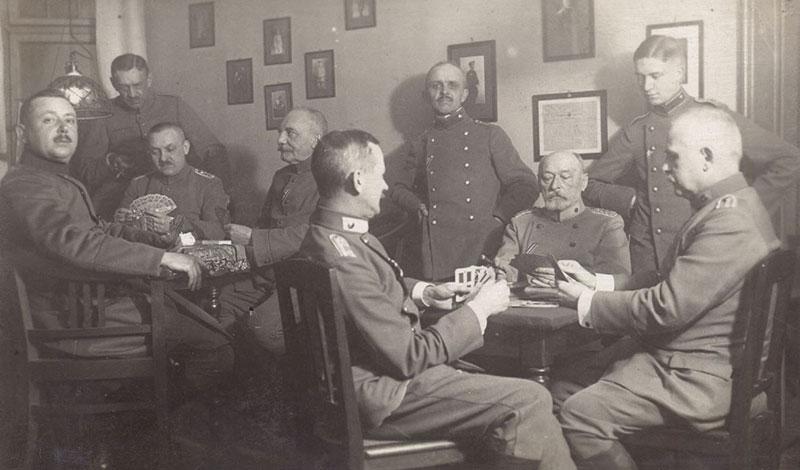 Wachmannschaft beim Kartenspiel