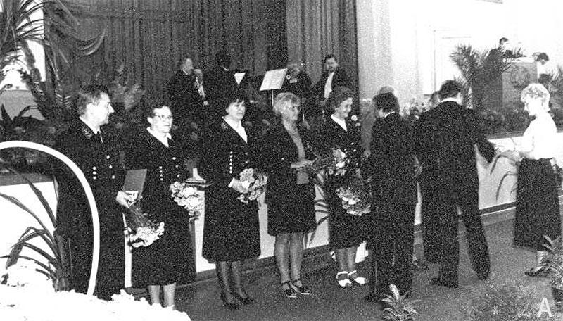 """""""Tag des Bergmanns"""" Zentrale Feier im Kraftwerk Zschornewitz, 1989, Auszeichnung der """"Bergfrauen"""", 3.v.li.: Erika Modersohn BKK Borna"""