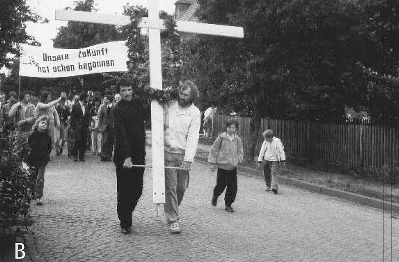 """Deutzen, Umweltgottesdienst, 1988. Von der evangelisch-lutherischen und der katholischen Kirche gemeinsam durchgeführt: """"Unsere Zukunft hat schon begonnen"""". """"Wallfahrt"""" in die Natur zum Rückhaltebecken """"Adria"""". Foto: Schneider"""