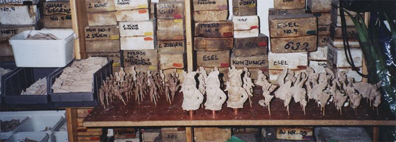 Zum Trocknen werden die Figuren auf Trockenbretter gesteckt.